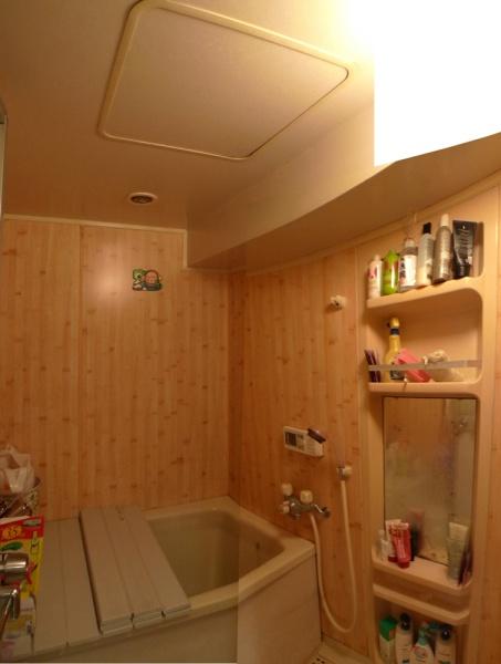 Before:既存の浴室は1216サイズ(0.75坪)で、梁もあるので狭く暗いイメージでした。