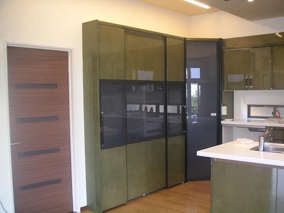 After:クローゼットの名にふさわしい収納。コーナークローゼットも含めてもうほとんど家具のようです。