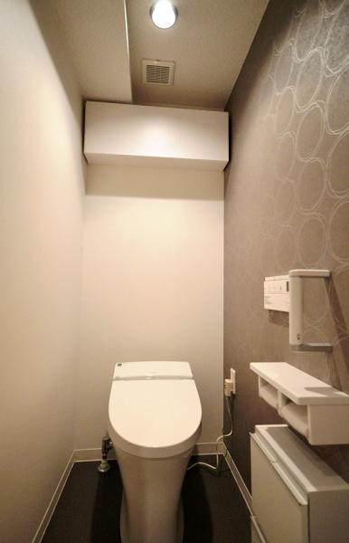 After:トイレはLIXILの世界最小タンクレスのサティスSを採用。アクセサリー関係は白でまとめ、アクセントの壁紙が際立つようにしました。背面収納は既存を使用しつつ扉にダイノックシートを貼って位置を変えるだけで随分と印象が変わります。