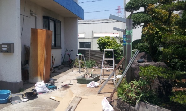 支柱設置時もお客様の大事な庭石に傷をつけないよう細心の注意を払いました。