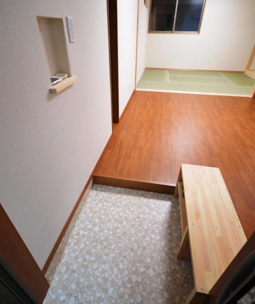 After:玄関には座って靴が履ける靴箱やあると便利なニッチスペースを設けました