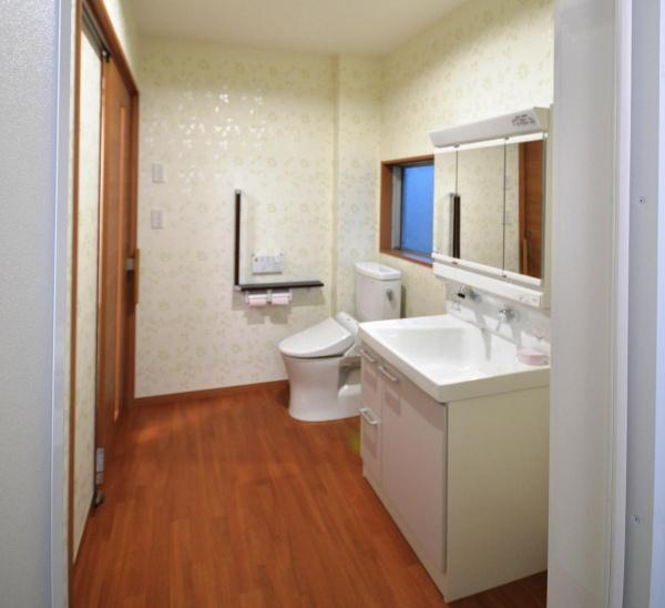 After:洗面・トイレは介護もしやすいように壁を設けず広々としたサニタリールームに。