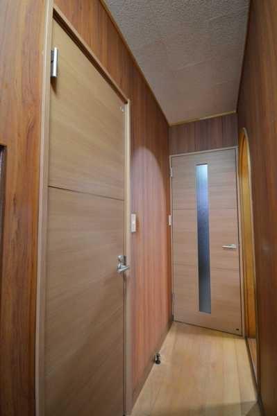 After:トイレの段差解消と同時に、扉も取り替えました。洗面は以前は明りとりがなく、暗いのが気になっていたので思い切ってガラス入りの扉に変更。玄関から正面に見える扉なので、家の印象ガラリと変わりました。