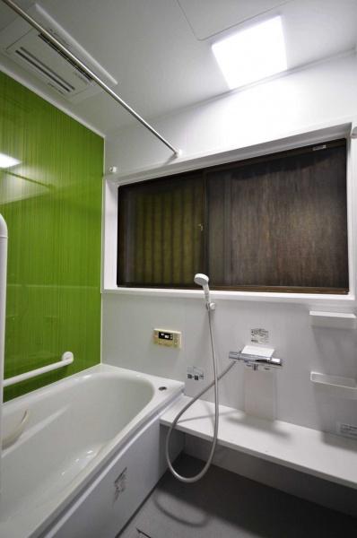 After:浴室はご主人の専門。こだわりはジェットバスと浴室暖房。ご夫婦二人だけでの生活ですので、安全に利用できるよう、手摺りも2か所設けています。TOTOのほっカラリ床も滑りにくく好評です。