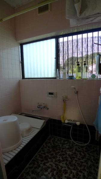 Before:タイル張りの浴室なので、冬場の寒さは半端なく。1216(0.75坪)サイズの浴室なのでなるべく広くしたかったのですが、増築するスペースはなく、何度もショールームで確かめ一番理想に近いものを選びました。