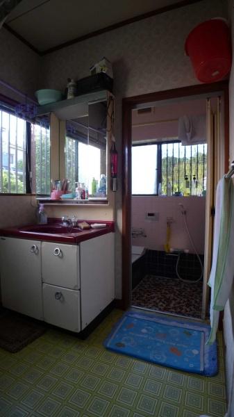 Before:浴室の工事と同時に洗面も一緒に取替えました。バケツを入れるスペースが欲しいというので、新しい洗面化粧台もあえて扉式に。