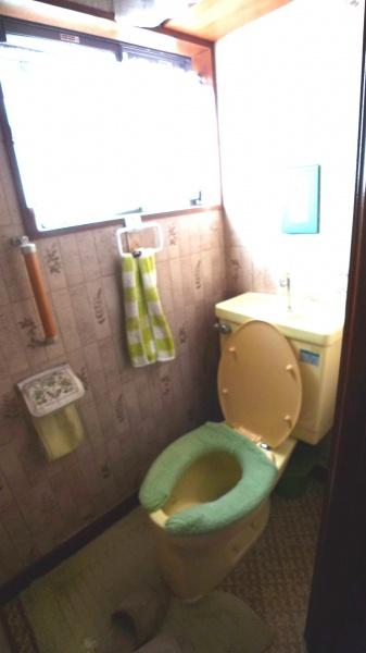 Before:廊下とトイレの段差が6センチもあり、躓きの原因になるので床を解体することに。
