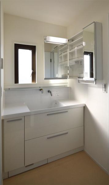 After:洗濯機スペースを移動し、お母様と奥様が使用しやすいように大きな化粧洗面台を設置しました。