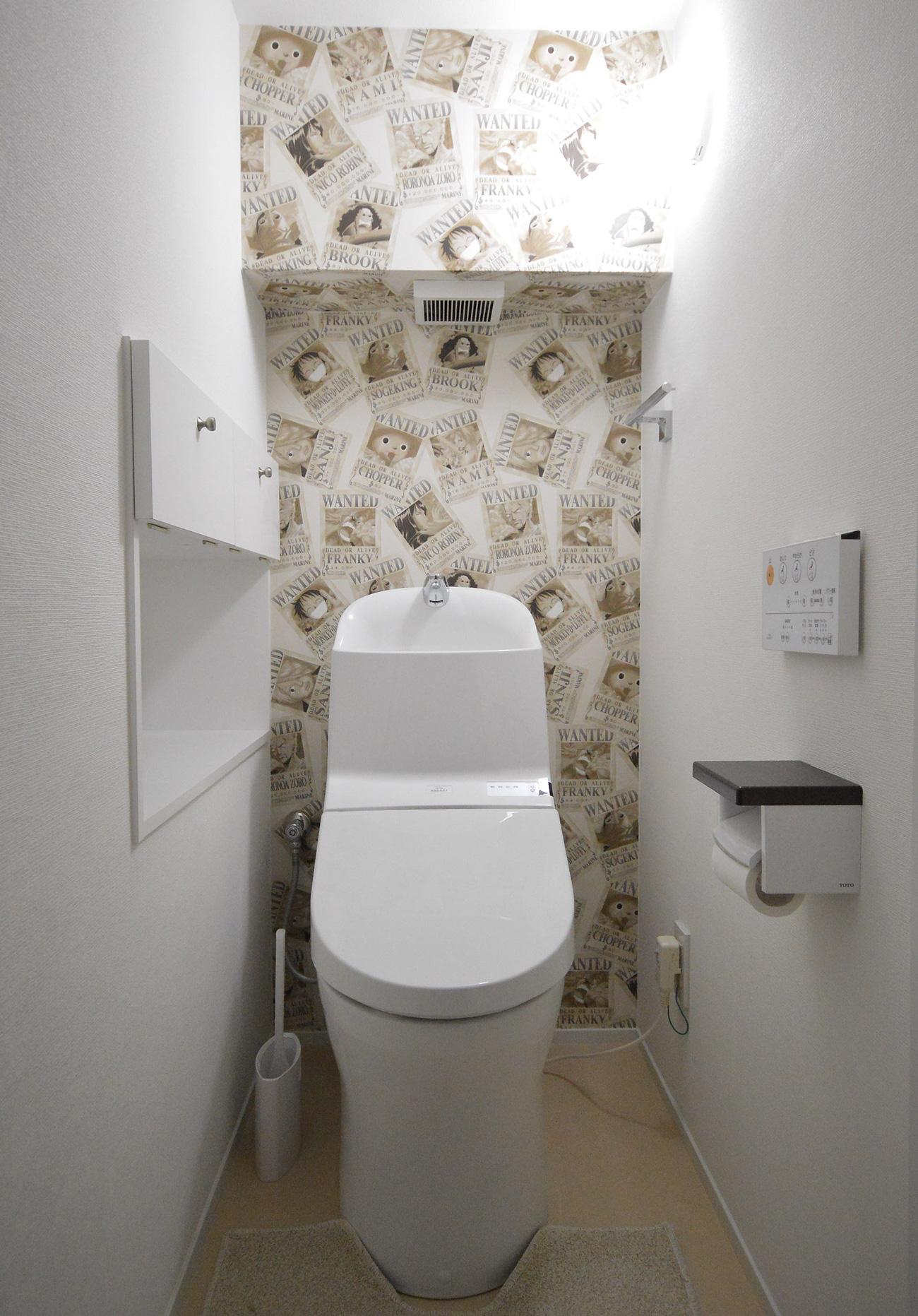 After:階段下のスペースを利用して、トイレ用品の収納と 小物も置けるカウンタースペースを設けました。