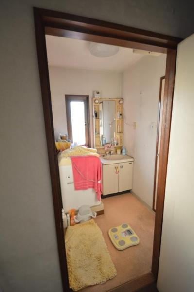 Before:洗面台が狭く、収納も少なめでした。