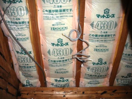 工事中:天井を解体してみると、全く断熱材が入っていなかったため、急遽斜め天井には断熱を入れることに!「これで少しは暖かくなるかしら」とK様も喜ばれていました。天井の断熱材は寒さだけでなく、日射も軽減してくれますので夏も非常に有効です。