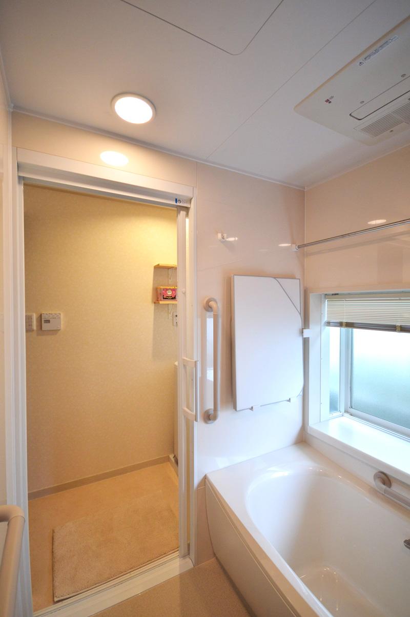 After:引き戸になってスッキリ。3枚フタも使わない時はコンパクトに収納。元々ある大きな出窓が活かされより明るく広い浴室になりました。