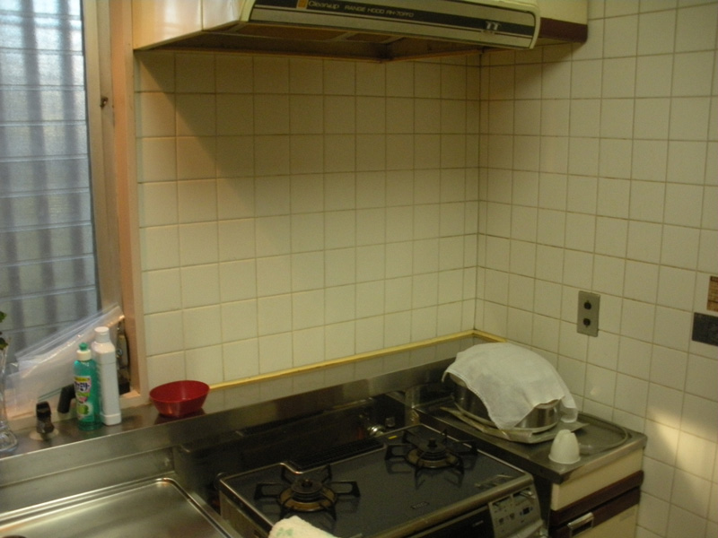 Befoer:既存はタイル張りの壁でしたが、上からキッチンパネルを貼り清掃性もアップ。