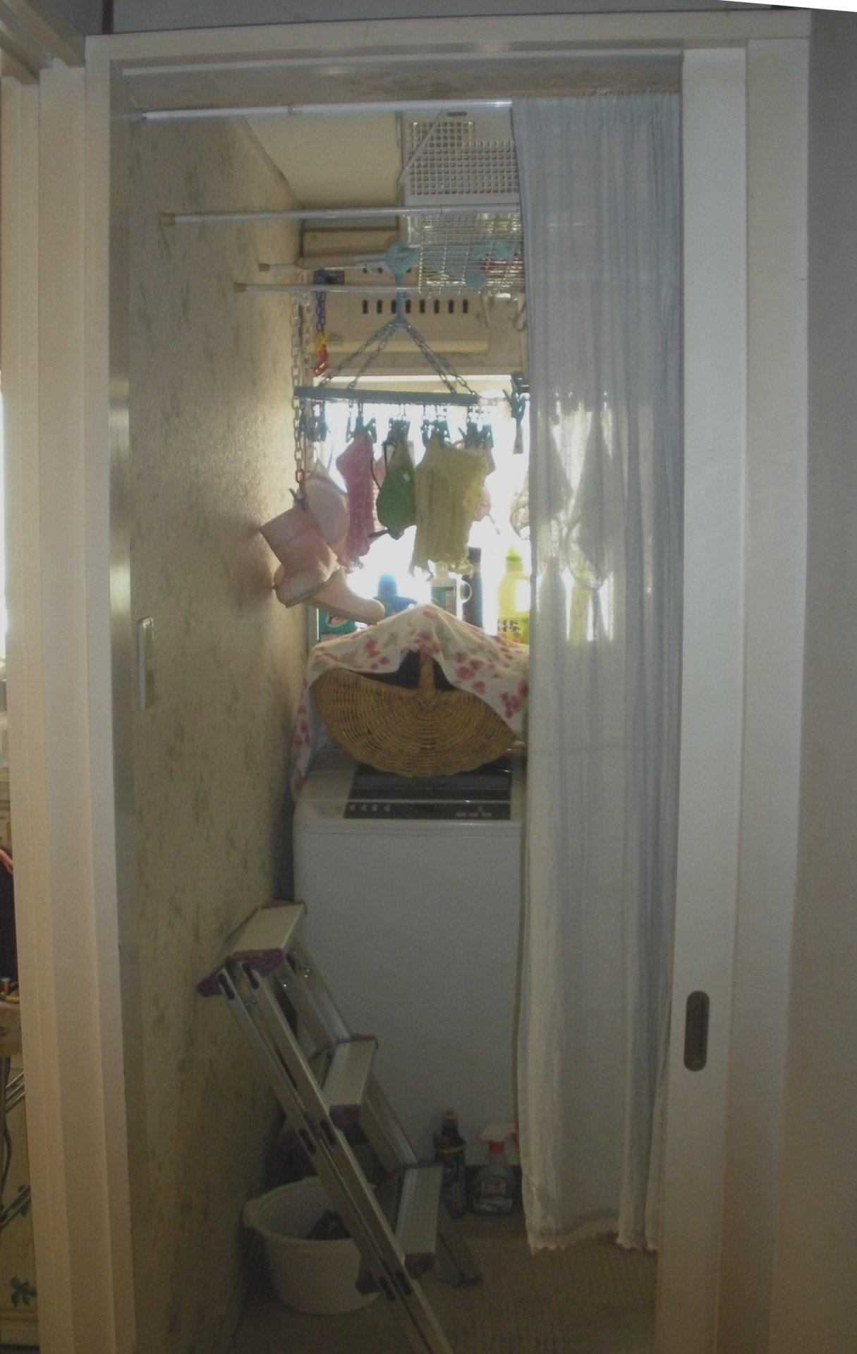 Before:洗濯室は収納がなく、窓枠や突っ張り棒を使っていました。
