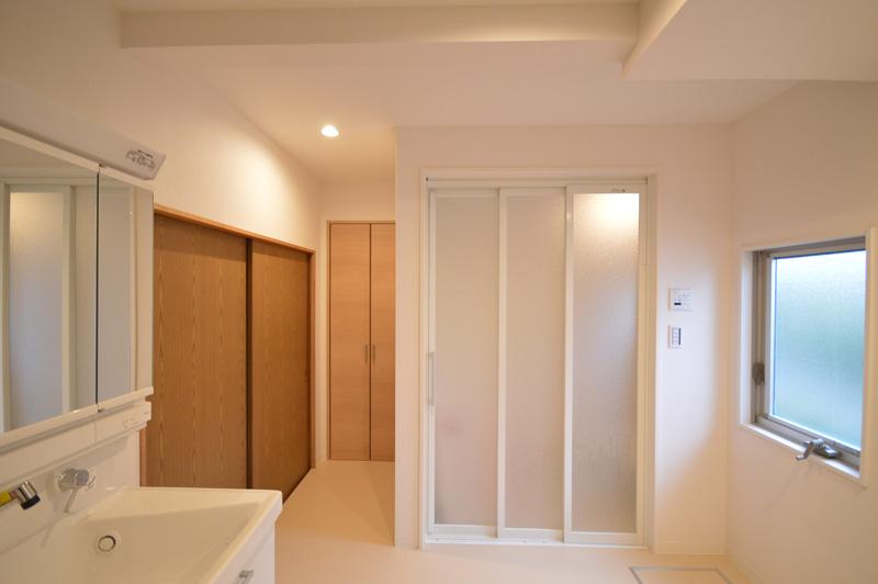左側の引き違いは寝室への入り口です。広々としたサニタリールームにある浴室は3枚引き戸からゆったりと入れます。