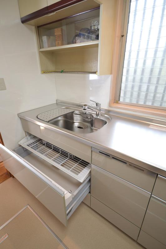 After:食洗機をビルトインにしたのでワークトップは広々と使えます。引出の収納も屈まずに上から取り出しができるので体への負担も軽減します。
