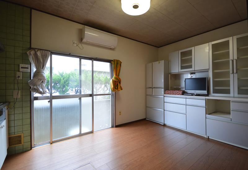 After:キッチンダイニングの床を貼りました。扉の下の敷居部分が少し上がっているので、既存の床の上に貼ってちょうどバリアフリーになります。