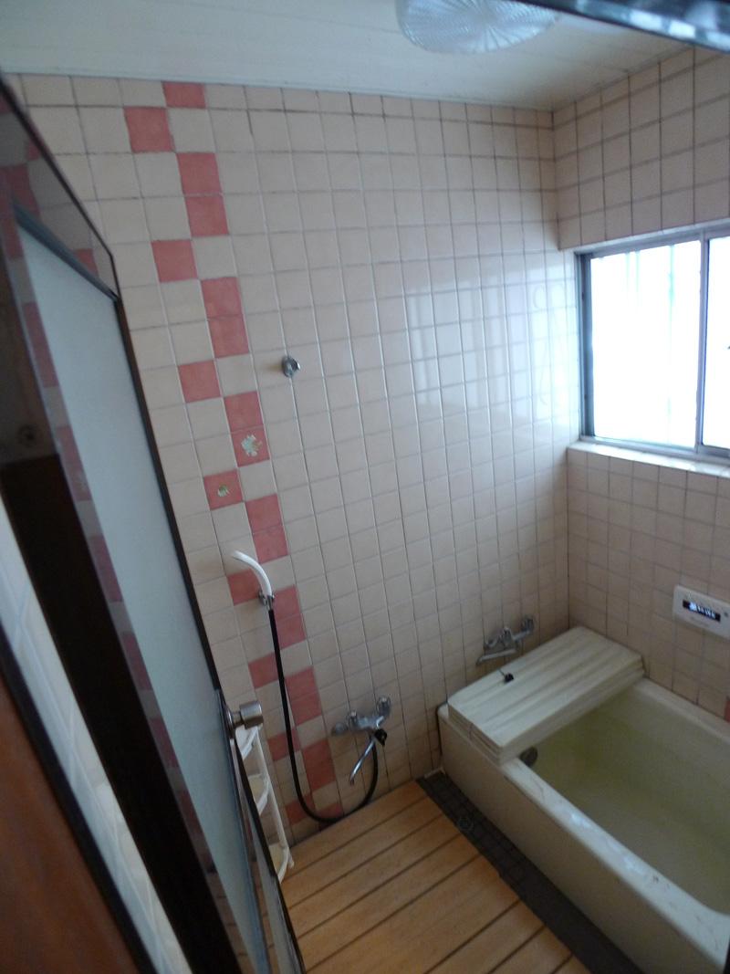 Before:タイル貼りの浴室。床は冷たいのでスノコを敷いていました。