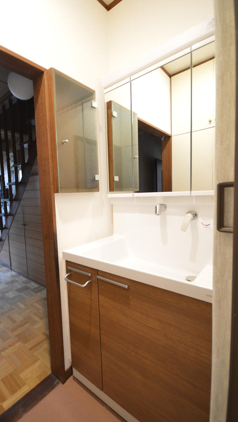 After:既存の収納の枠の色と洗面の扉の色がピッタリ合っています