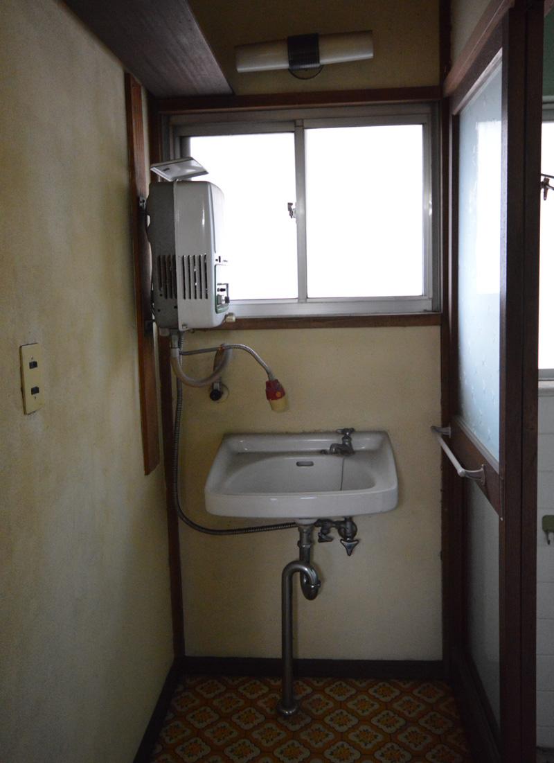 Before:狭く収納も無かった脱衣室。