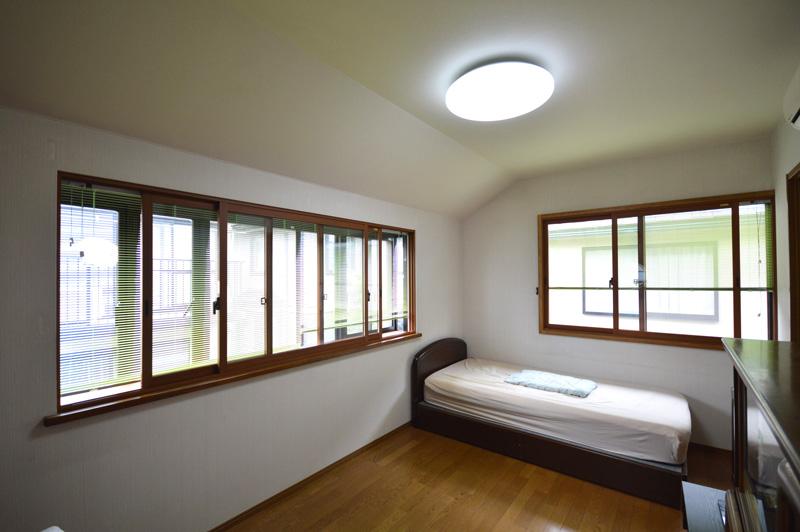 After:寝室の結露を防止するため内窓を設置。外部の窓を内窓の間にブラインドを設置するがことで、窓周りがすっきりとしました。