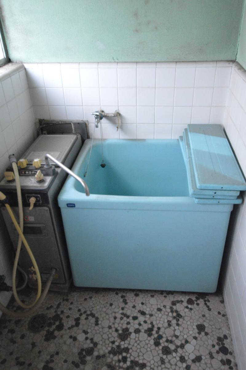 Before:長いこと使用されていなかった浴室。冬場の寒さが予想されました。