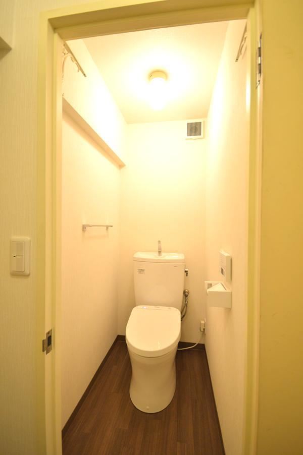 After:トイレも床をフローリング調にして一心。明るいトイレ空間に生まれ変わりました。