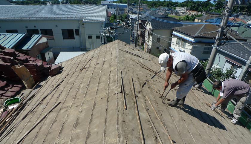 Before:リフォームのきっかけにもなった。雨漏りをたびたびおこした瓦屋根の撤去作業。