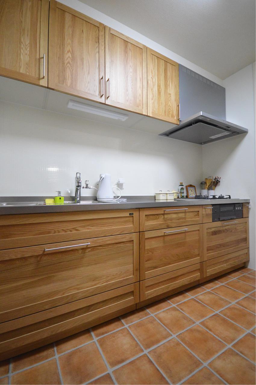 After:無垢の扉材(オーク材)には質感を損なわない細かさのウレタン塗装がされているので、水がかりのキッチンにも安心して使えます。上の扉はウォールダウン収納で機能性も考えられています。
