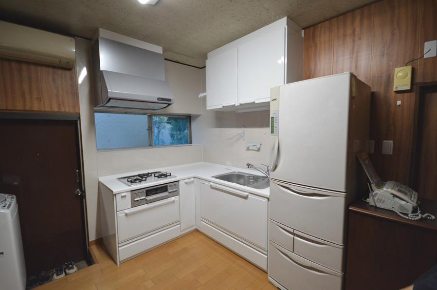 After:お手入れが簡単になって良かったと好評のキッチンはタカラのホーローキッチン。ふかふかし始めた床の張替も行いました。