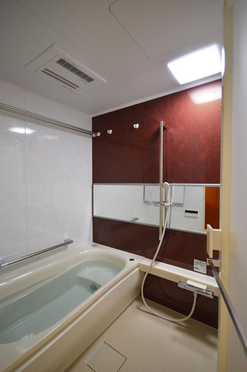 After:浴室はシンプルに。半身浴タイプの浴槽でお湯の量も節約できます。