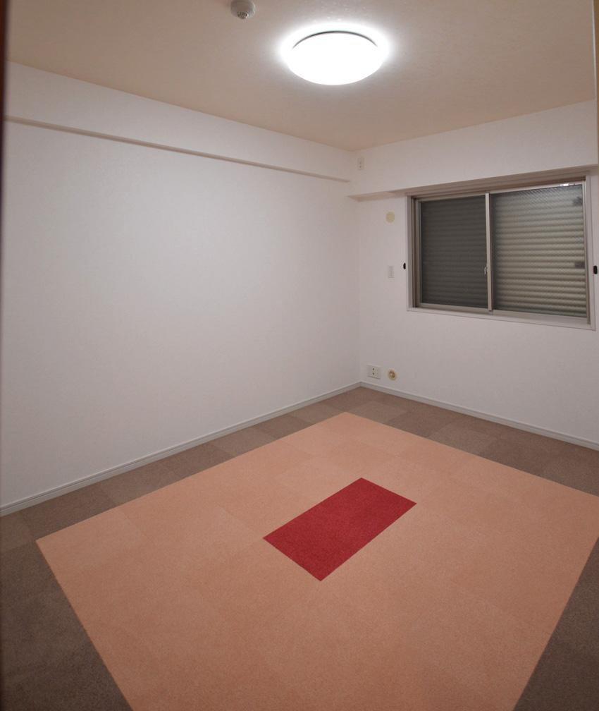 After:お部屋毎に好きなお色をチョイスしました。タイルカーペットなので入れ替えたり、汚れたら洗うこともできます。