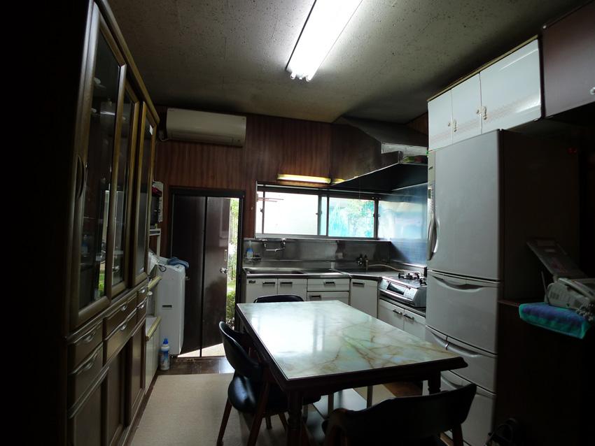 Before:なんとなく暗い印象の台所、大きなレンジフードのお手入れは悩みの種でした。