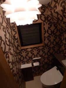 After:奥様が選んだクロス柄が印象的なトイレ、収納もばっちりです。