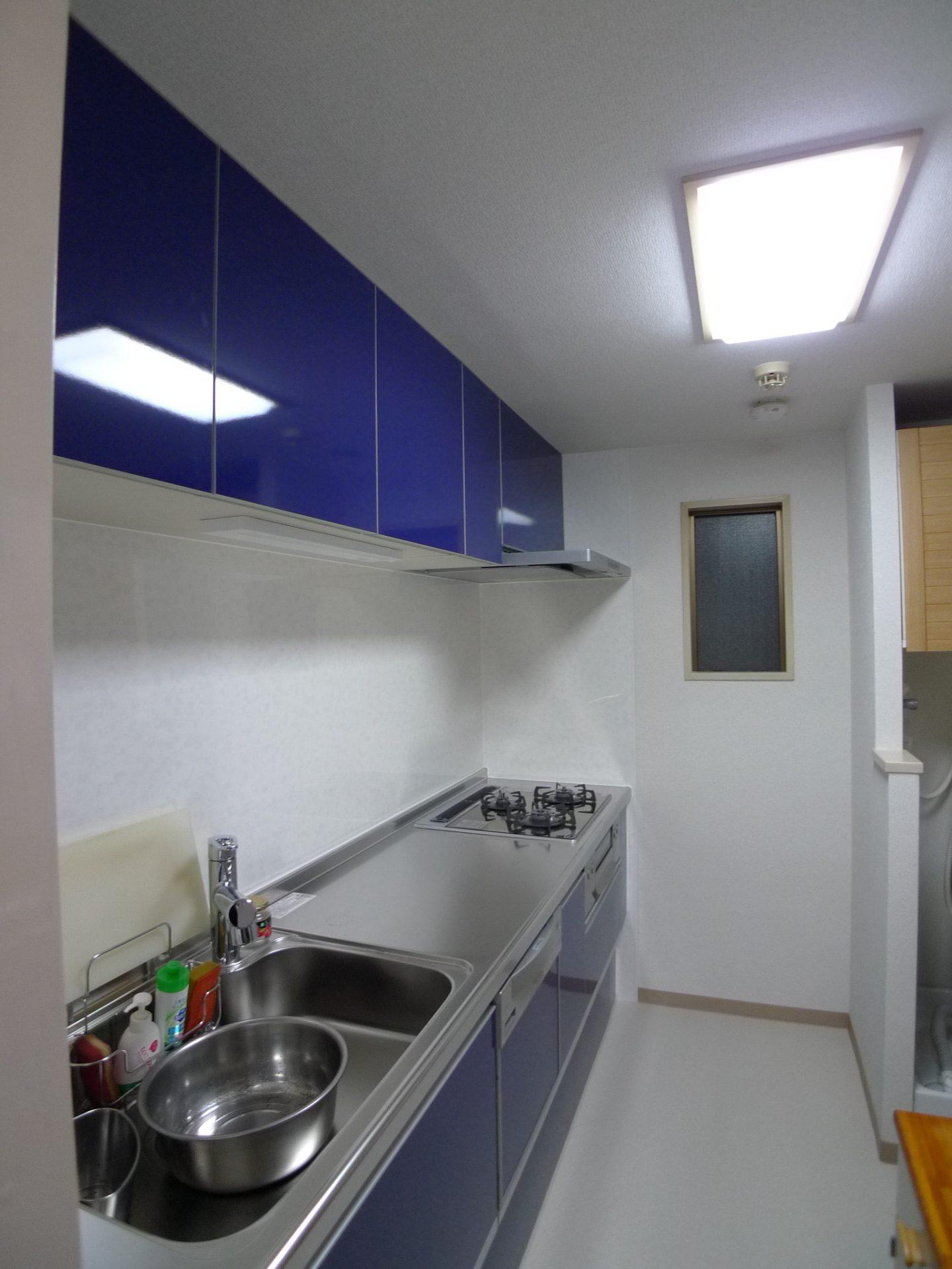 after:ご夫婦で選んだ鮮やかブルーが印象的なキッチン。引き出し収納と手入れがしやすいレンジフードに大満足です。