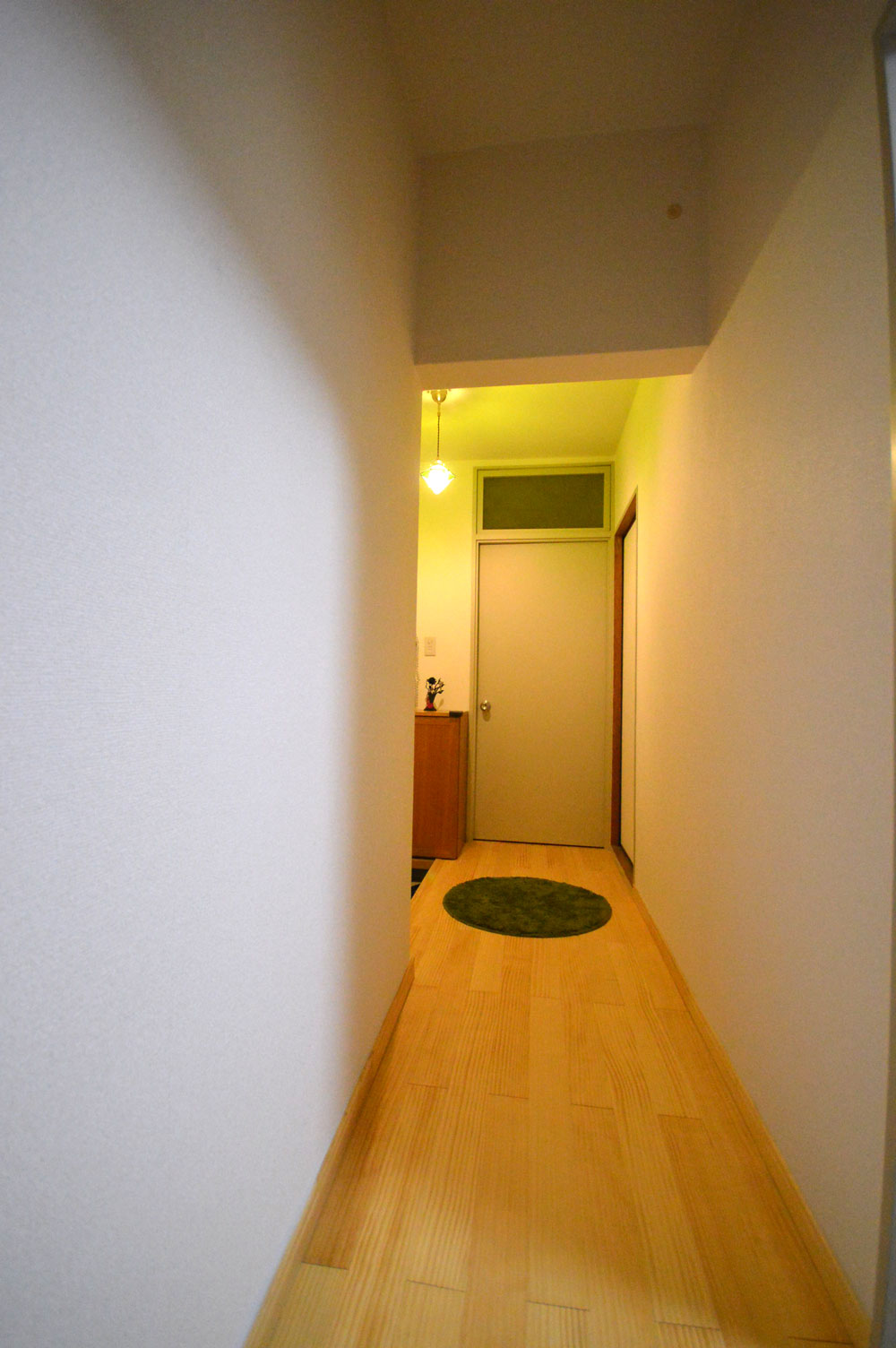 After:廊下も床と照明を替えただけですが明るい雰囲気になりました。