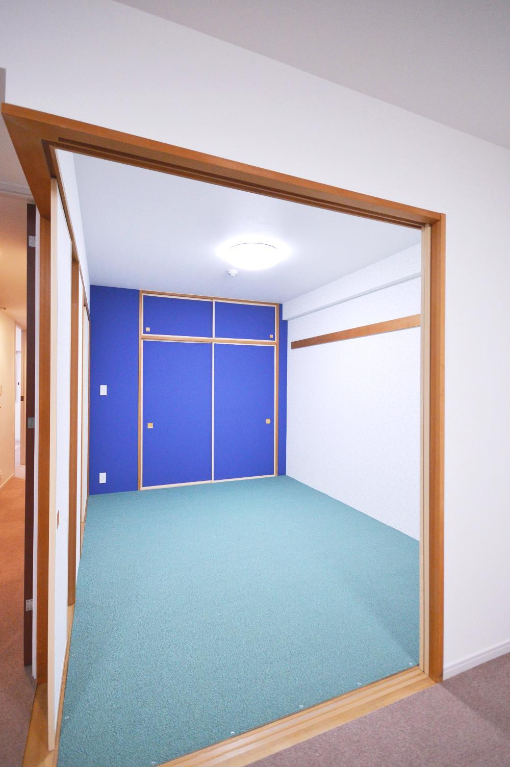 After:元々和室だった部屋は上にカーペットを敷いてピンで留めています。正面のインパクトのあるブルーの壁は、勉強が捗るカラーということで娘さんが選ばれました。