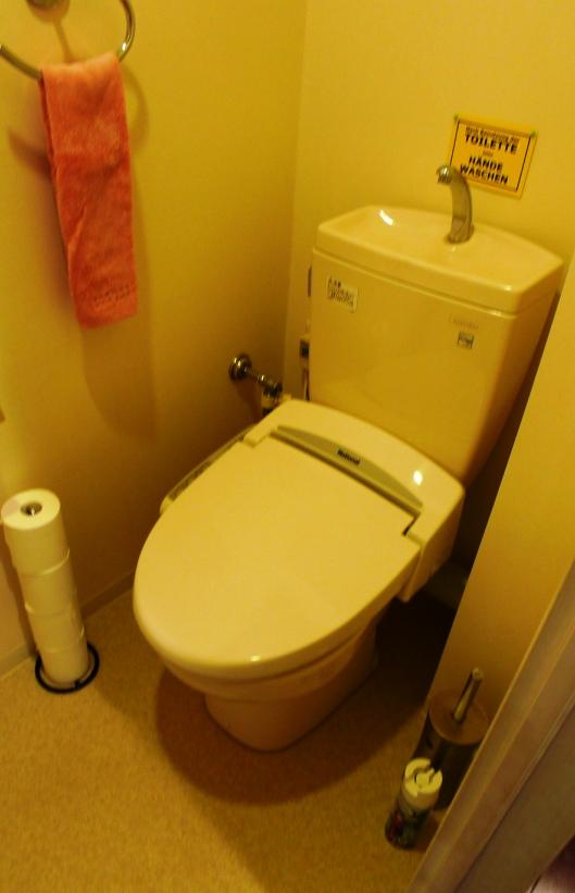 Before:既存は向かって左側にパイプスペースのあるタンク付きのトイレでした。
