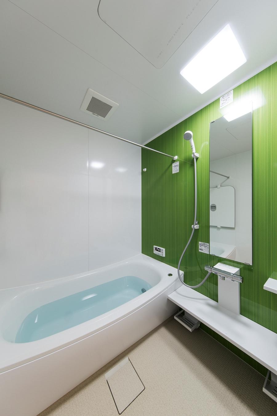"""After:家族みんなで決めた""""竹林""""をイメージした浴室。"""