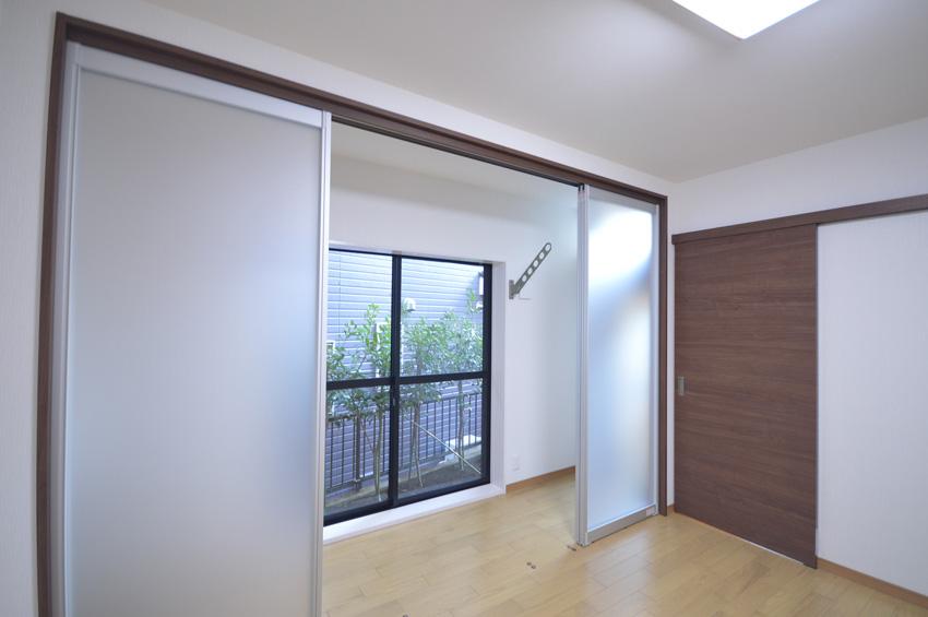 After:寝室の窓側は室内干しスペースを設置。内側の扉を閉めることで断熱性もアップします。