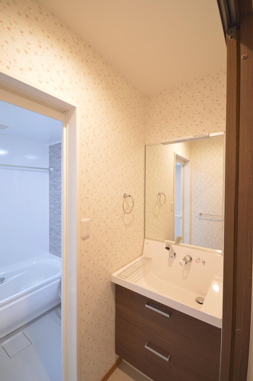After:洗面・脱衣スペースは最低限の1帖分。鏡を一面鏡にしてスッキリすることで空間を広く感じられます。
