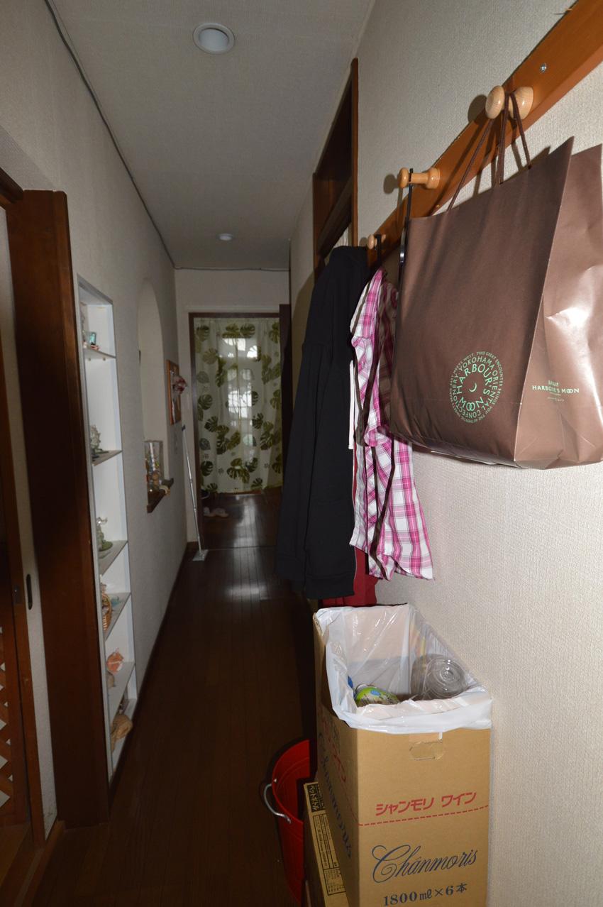 Before:暗くて長い廊下。収納しきれない物を壁に掛けていて廊下も狭く通りにくい状態でした。