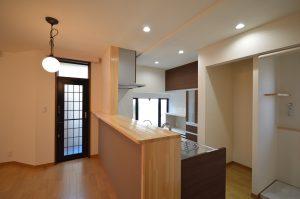 After:壁付けで後ろ向きに作業をしていたキッチンが、対面式の開放的なキッチンに変身。