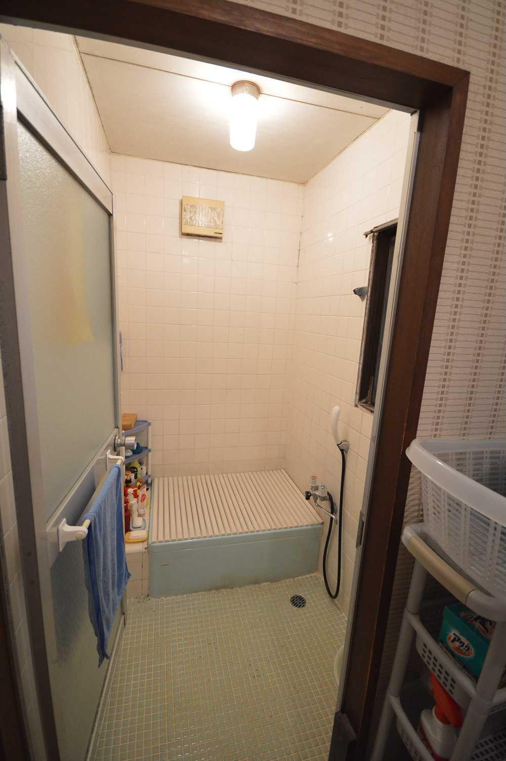 before:お掃除が大変だし、冬場は寒いし、換気窓も壊れているし…。と不満いっぱいの浴室