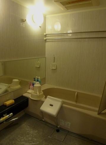 Before:床面のコーティングが?れ、汚れやすい浴室でした。