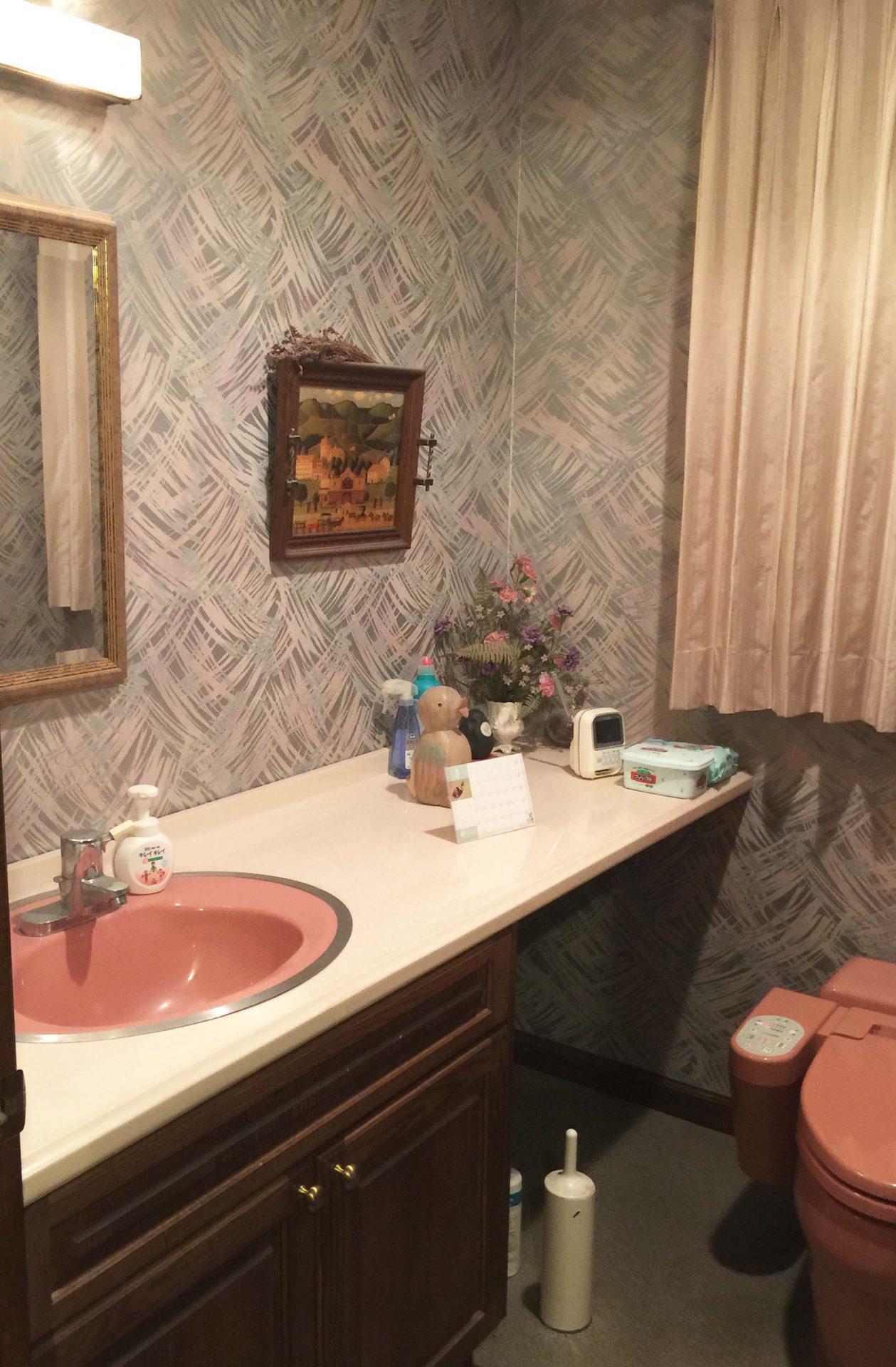 Before:ドアを開けたら正面に便器が・・・広いトイレがなぜか狭く感じました