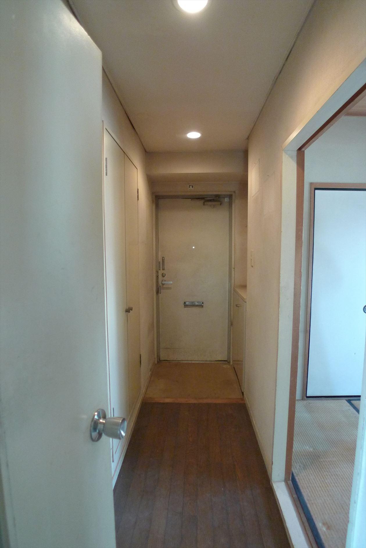 BEFORE:既存は廊下型のタイプ。玄関も狭く暗い印象。