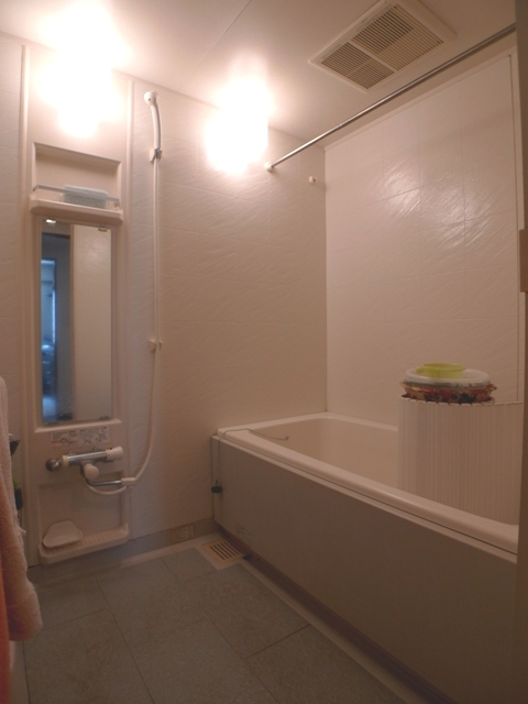 Before:浴槽蓋は昔ながらのシャッター式で置き場所に困っていました。