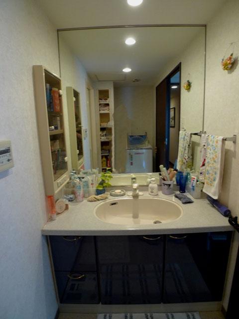 Before:物が収まりきらない洗面台でした。