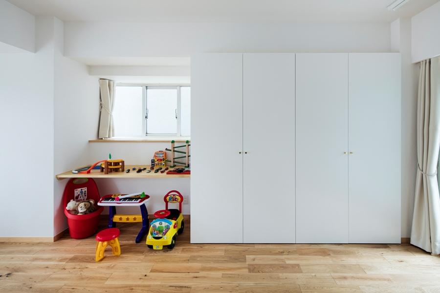 AFTER:子供部屋にも造り付の収納と窓台を棚板として使うことを想定した勉強机も作成しました。今は息子さんの遊び場になっています。